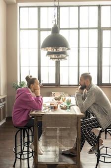 Zeit genießen. gut aussehender glücklicher vater und tochter genießen ihre gemeinsame zeit in der küche sitzen enjoying