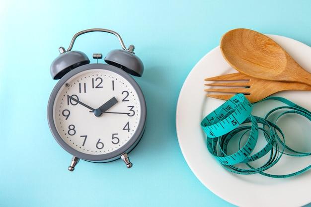 Zeit, gewicht zu verlieren, kontrolle zu essen oder zeit, diät-konzept