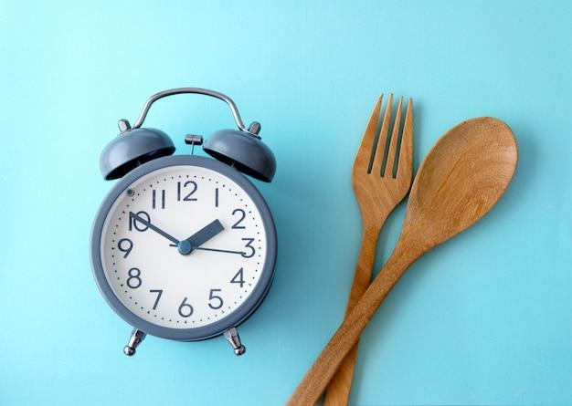 Zeit, gewicht zu verlieren, kontrolle zu essen oder zeit, konzept zu nähren