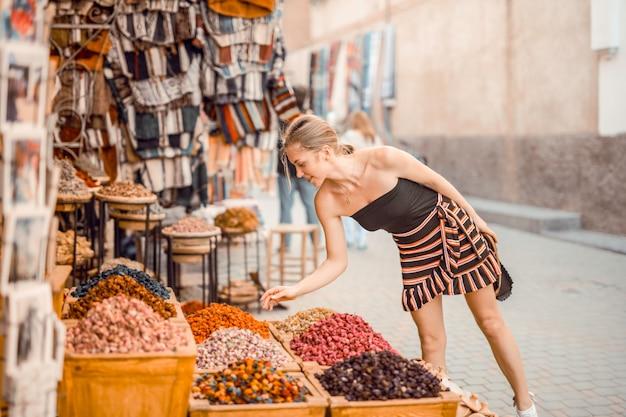 Zeit in einem alten markt verbringen