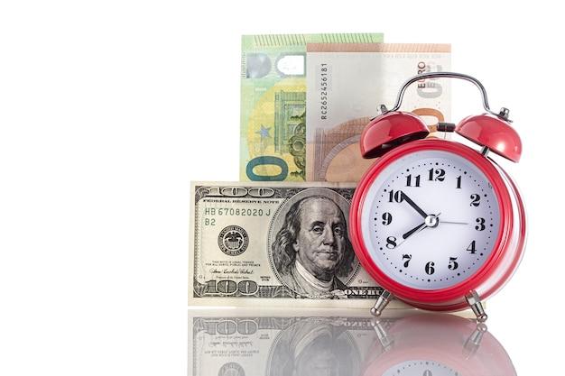 Zeit ist geld. retro wecker auf tisch und geld hintergrund. geschäftsfinanzideenkonzept mit wecker. mit freiem copyspace