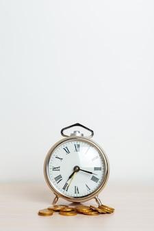 Zeit ist geld, tischuhr mit münzen