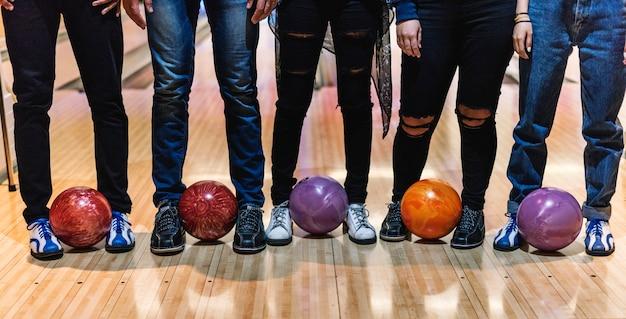 Zeit mit freunden auf einer bowlingbahn