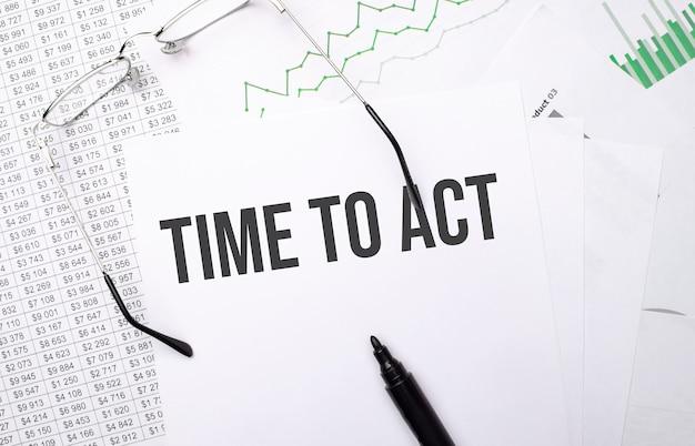 Zeit zu handeln. konzeptioneller hintergrund mit diagramm, papieren, stift und brille