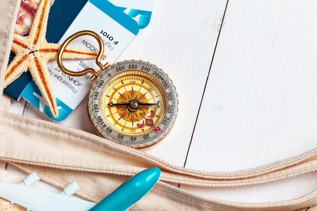 Zeit zu reisen. idee für den tourismus mit tickets und kompass.