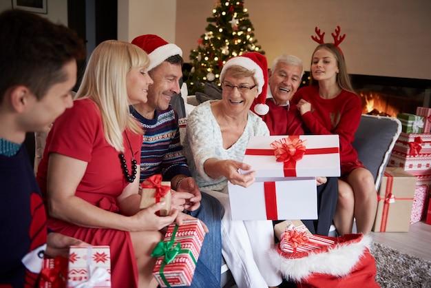 Zeit zum öffnen der weihnachtsgeschenke