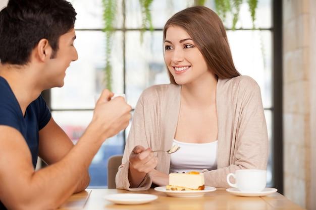 Zeit zusammen verbringen. schönes junges paar sitzt zusammen im restaurant und redet