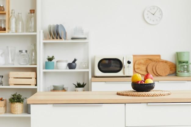 Zeitgemäßes kücheninterieur mit minimalem design und holzelementen