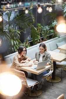 Zeitgenössische frauen im cafe terrace