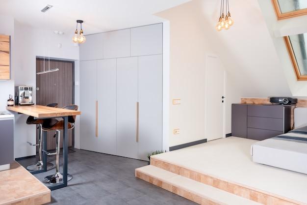 Zeitgenössische innenausstattung des essbereichs mit gemeinschaftstisch und offenem wohnzimmer