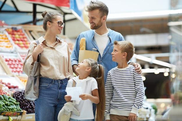 Zeitgenössische junge familie lebensmitteleinkauf