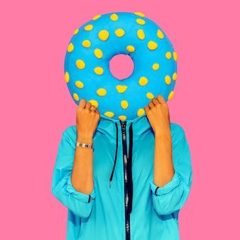 Zeitgenössische kunstcollage. minimales konzept. donut-liebhaber-kunst