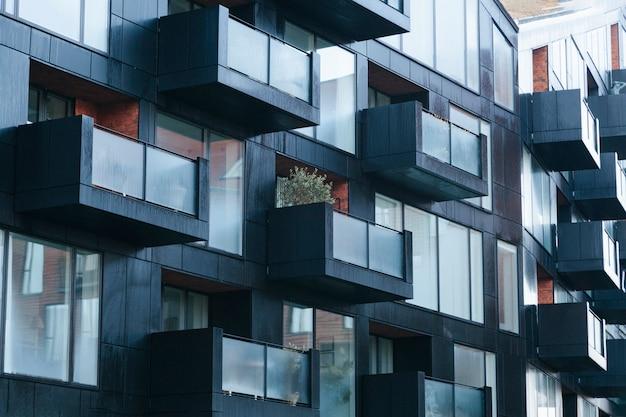 Zeitgenössische schwarze außenfassade mit balkonen