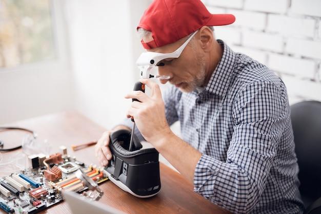 Zeitgenössische senior fixes virtual reality brille.