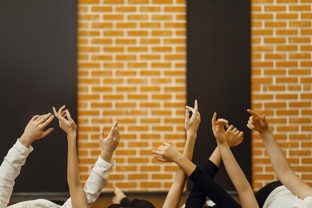 Zeitgenössische tanzkünstler hände im studio.
