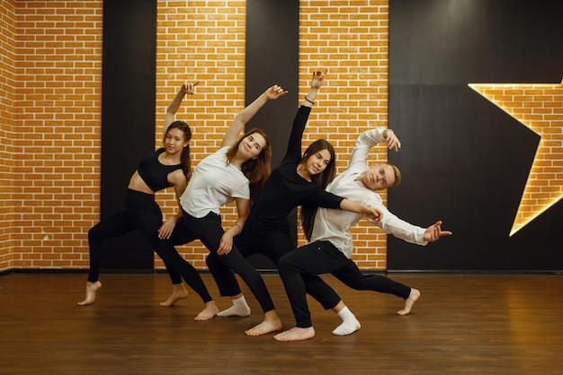 Zeitgenössische tanzkünstler im studio, schnappschuss in aktion.