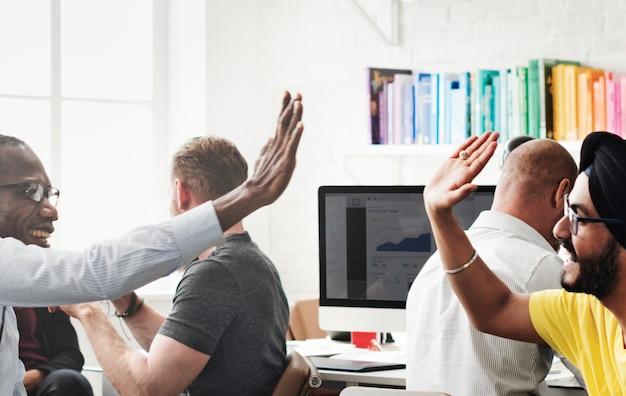 Zeitgenössische zusammenarbeitsmitarbeiter design concept