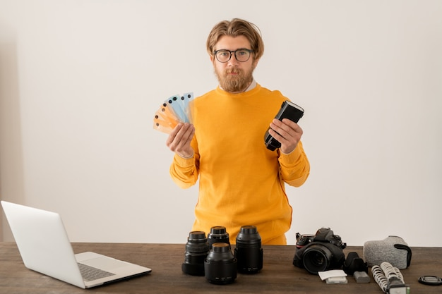 Zeitgenössischer fotograf, der seine erfahrungen mit dem online-publikum während des unterrichts teilt, den er in seinem fotoshooting-studio oder zu hause aufzeichnet
