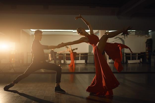 Zeitgenössischer leidenschaftlicher tanzmann und frau