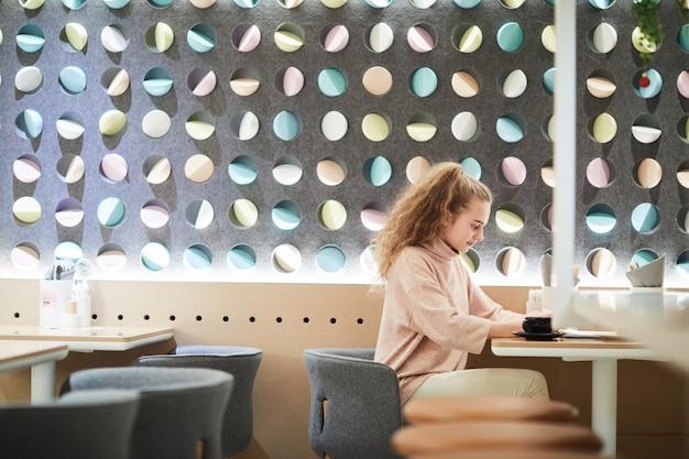 Zeitgenössischer teenager im café