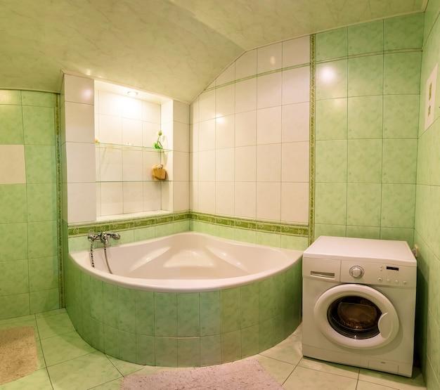 Zeitgenössisches badezimmerinterieur, große badewanne