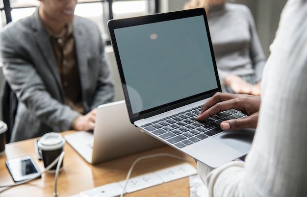 Zeitgenössisches bürotreffen mit einem laptop