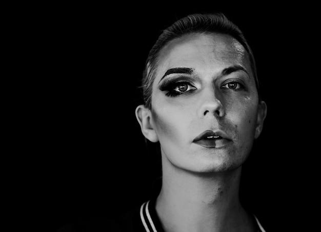 Zeitgenössisches fotoshooting einer transgender-frau