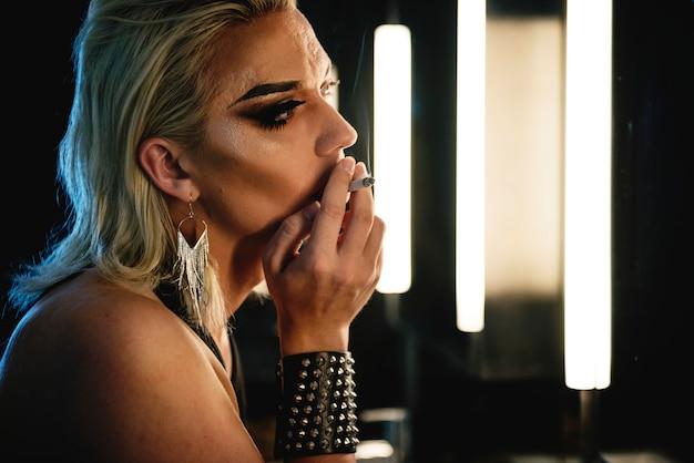 Zeitgenössisches fotoshooting einer transgenderfrau