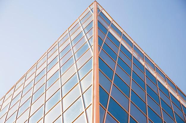 Zeitgenössisches gebäude außen gegen blauen himmel im tageslicht