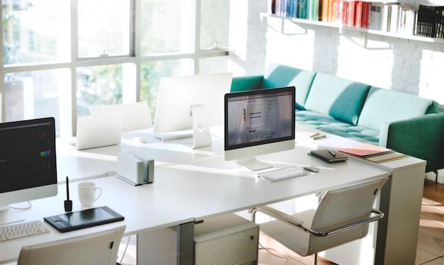 Zeitgenössisches raum-arbeitsplatz-büroartikel-konzept