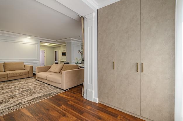 Zeitgenössisches wohnzimmer interieur in studio-wohnung