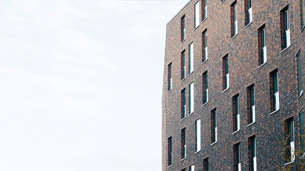 Zeitgenössisches ziegelsteingebäude von unterhalb