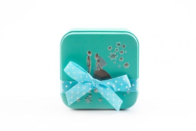 Zeitgeschenke, grüne geschenkbox mit band auf weißem hintergrund