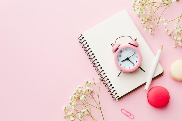 Zeitmanagement und notizblock für die planung