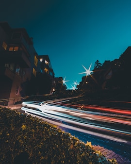 Zeitraffer von autolichtern auf der straße mit einem blauen himmel in der nachtzeit