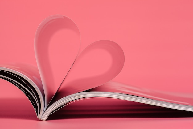 Zeitschriften auf einem rosa hintergrund.