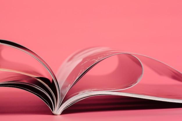 Zeitschriften auf einem rosa.