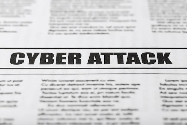 Zeitung mit text cyber attack, nahaufnahme