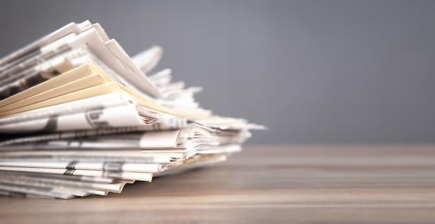 Zeitungen auf dem holztisch.