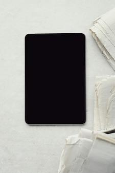 Zeitungen und digitales tablet
