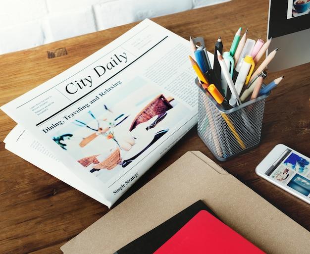 Zeitungs-stift-nachrichten-ordner-lebensstil-konzept