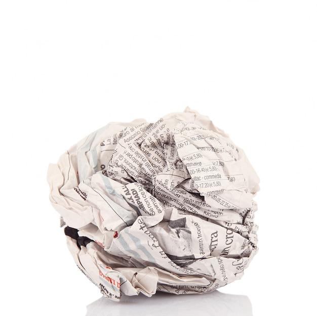 Zeitungsball im weißen hintergrund