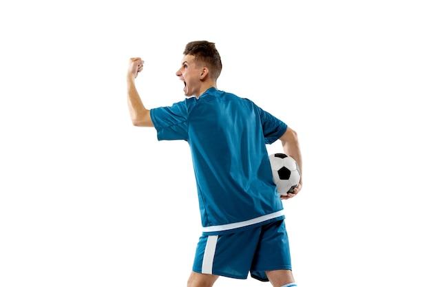 Zelebrieren. lustige emotionen des professionellen fußballspielers lokalisiert auf weißem studiohintergrund. exemplar für anzeige. aufregung im spiel, menschliche emotionen, gesichtsausdruck und leidenschaft mit sportkonzept.