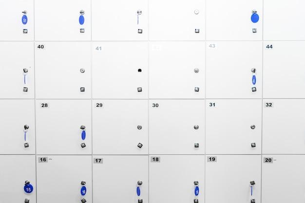 Zellen. aufbewahrungsboxen in einem supermarkt, fitnessstudio