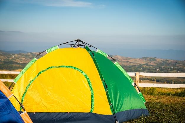 Zelt am campingplatz während der tageszeit im wald