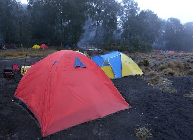 Zelt auf campingplatz in kalimati im berg semeru