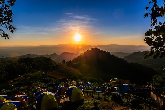 Zelt im sonnenuntergang mit blick auf berge