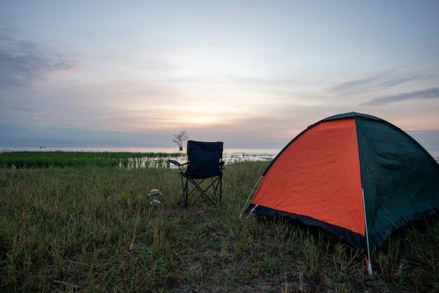 Zelt und stühle am see