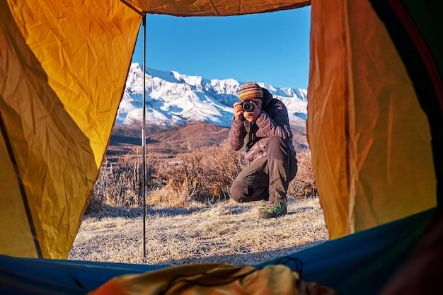 Zeltaussicht auf einem camp in den bergen. blick vom zeltcampingeingang im freien. reisen lifestyle konzept abenteuerurlaub im freien.