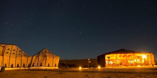 Zelte am luxuswüsten-lager erg chigaga in der sahara-wüste, souss-massa-draa, marokko